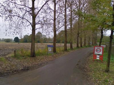 Buurtschap Besselaar (met links het gelijknamige straatnaambordje) begint direct bij het einde van de bebouwde kom van het dorp Gemonde, en kronkelt dan ca. 2 km naar het ZO, richting buurtschap Hermalen. (© Google)