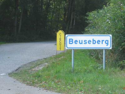 De buurtschap Beuseberg heeft ergens tussen 2009 en 2012 plaatsnaamborden gekregen, zodat je nu tenminste kunt zien wanneer je deze plaats binnenkomt en weer verlaat. Wel zo handig toch... (© H.W. Fluks)