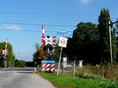 Tussen Kapelle en Biezelinge ligt NS-station Kapelle-Biezelinge. Daardoor denkt men dat dit een tweelingdorp is maar dat is niet zo. Biezelinge ligt gescheiden van Kapelle door... de spoorlijn en heeft een duidelijke eigen identiteit. (© H.W. Fluks)