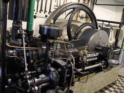De imposante Crossley dieselmotor uit 1929 in dieselgemaal de Oude Liermolen in de buurtschap Blaker is in werking te bewonderen op de Nationale Molendag en op de Westlandse Molendag. (foto: user Quistnix op Wikipedia)