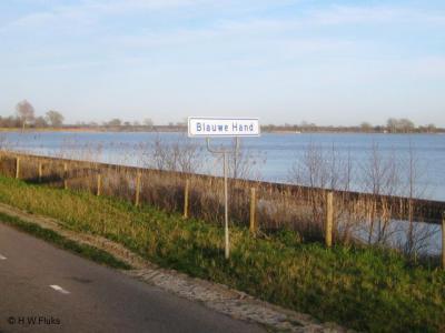 Blauwe Hand is een van de vele curieuze plaatsnamen in ons land. Onder het kopje Naam kun je lezen hoe deze buurtschap bij Wanneperveen aan haar naam komt. Blauwe Hand is een waterrijke buurtschap, zoals je hier kunt zien.