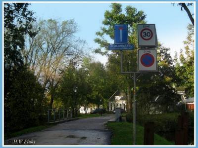 Blauwkapel heeft voor het deel op het gelijknamige fortterrein een piepklein, op een straatnaambord lijkend plaatsnaambord