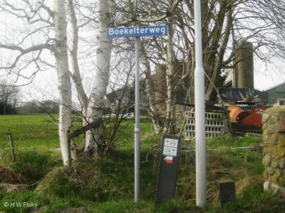 De buurtschap Boekelte heeft helaas geen plaatsnaamborden, zodat je slechts aan de straatnaamborden Boekelterweg kunt zien dat je er bent aangekomen.