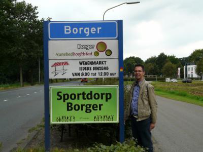 Borger heeft veel te bieden, o.a. als Sportdorp, als 'Hunebedhoofdstad' en met een wegenmarkt, o nee weekmarkt (drukfoutje van de bordenmaker dat hen én de gemeente kennelijk niet is opgevallen). (© H.W. Fluks)