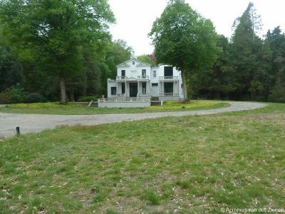 """Landhuis """"Villa Blanca"""" in buurtschap Boschkens (Tilburgseweg 176) is samen met de tuin een rijksmonument. Het huis is in 1915 gebouwd in neoclassicistische stijl, als buitenverblijf voor textielfabrikant Frans Mutsaers van Waesberghe uit Tilburg."""