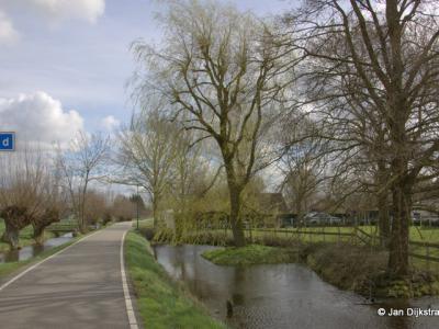 Aan het begin van de langgerekte buurtschap Breeveld, mooi gelegen aan de oever van de Oude Rijn