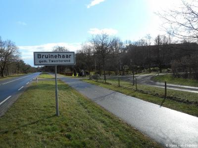 De buurtschap Bruinehaar is niet dichtbebouwd genoeg voor een 'bebouwde kom' en heeft daarom geen blauwe maar witte plaatsnaamborden.