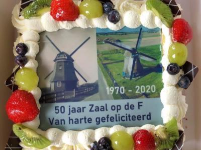 Op 15 mei 2020 was de familie Zaal 50 jaar molenaar op Molen F in Burgerbrug. Eigenaar Stichting De Zijper Molens kwam ze daarmee feliciteren en nam als presentje deze prachtige en heerlijke taart mee.