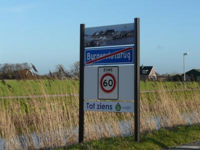 Buurtschap Burgervlotbrug heeft blauwe plaatsnaamborden en heeft dus, in tegenstelling tot de meeste andere buurtschappen, een 'bebouwde kom', met 30 km-zone. De gemeente Schagen heeft voor haar kernen fraaie portalen laten maken, met dorpsgezichtsfoto's.