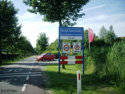Als je het dorp Burgh-Haamstede binnenkomt, worden de dorpsdelen Burgh en Haamstede aangegeven middels witte onderbordjes. Ook in het dorpscentrum, bij de overgang van de dorpsdelen, staat dit met witte bordjes aangegeven.