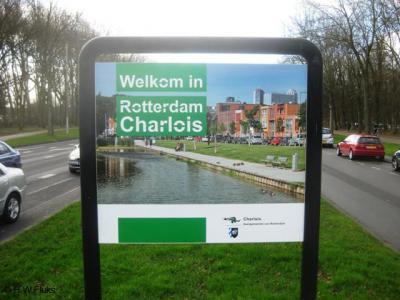 De gemeente Rotterdam heet je met een fraai paneel met foto welkom in stadsdeel Charlois.