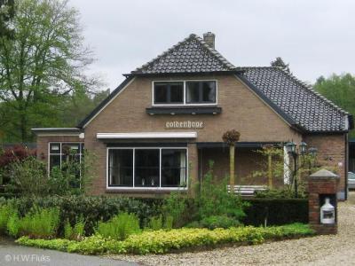 Coldenhove is de enige buurtschap van de gemeente Brummen die niet aan plaatsnaambordjes ter plekke herkenbaar is. Beetje jammer. Dat vond deze inwoner kennelijk ook, die daarom de plaatsnaam maar aan zijn gevel heeft gemonteerd...