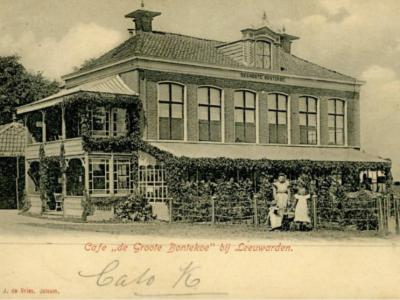 Buurtschap De Groote Bontekoe is genoemd naar de gelijknamige herberg/uitspanning die hier vroeger was. Hier op een ansichtkaart uit 1900-1910. Naast het pand was een 'doorreed' voor de rijtuigen, die expliciet als zodanig op de gevel stond aangegeven.