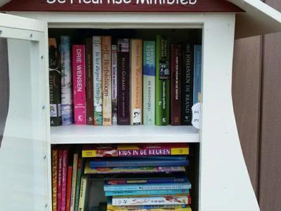 Het kleine dorp De Heurne is natuurlijk te klein voor een bemande bibliotheek. Maar niet voor een onbemande bibliotheek! Erna Westendorp beheert namelijk sinds oktober 2017 de De Heurnse Minibieb, waar je gratis boeken kunt lenen en evt. ruilen.