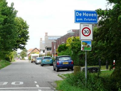 Het dorp De Hoven heeft in 1978 geen eigen postcode en plaatsnaam gekregen in het postcodeboek en ligt daarom voor de postadressen sindsdien als 'wijk' 'in' Zutphen. In 2015 heeft De Hoven wel plaatsnaamborden gekregen, als bevestiging van het dorp-zijn.