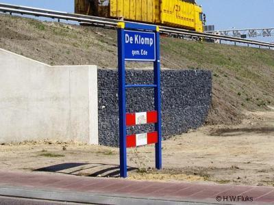 De Klomp is een dorp in de provincie Gelderland, in de streek Veluwe, gemeente Ede. Op de foto het punt waar je vanuit Veenendaal onder de A12 door De Klomp binnenkomt.