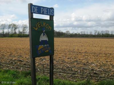 Als je als buurtschap van je gemeente geen plaatsnaamborden krijgt, dan maak je die toch gewoon zélf? Zoals hier in buurtschap De Pielis (hint: dat zouden meer buurtschappen moeten doen!) Wel zo netjes voor inwoners, bezoekers, toeristen etc.