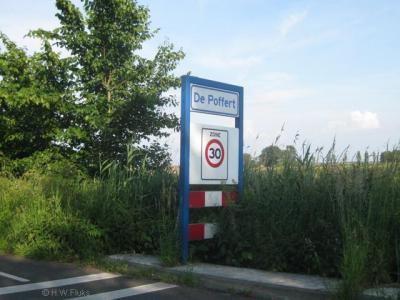 Tot in ieder geval 2003 had De Poffert nog 3 verschillende blauwe plaatsnaamborden voor de respectievelijke gemeenten waar het onder valt. Tegenwoordig staan er alleen nog deze witte plaatsnaambordjes, wel met 30 km-zone.