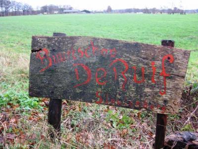 Buurtschap De Ruif bij Stoutenburg had een op zich fraai en zelfgemaakt houten plaatsnaambord. Het begon alleen een beetje af te bladderen...