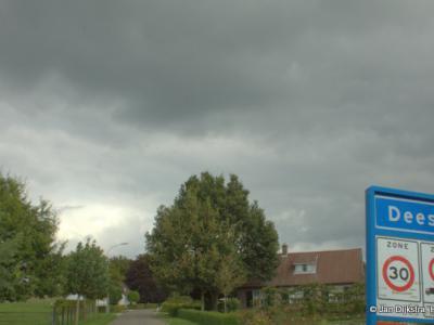 In een flinke regenbui aangekomen in Deest