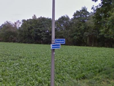 Diesdonk is een buurtschap in de provincie Noord-Brabant, gem. Asten. De buurtschap valt onder het dorp Ommel. De buurtschap heeft geen plaatsnaamborden, zodat je slechts aan deze straatnaambordjes kunt zien dat je er bent aangekomen. (© Google StreetView