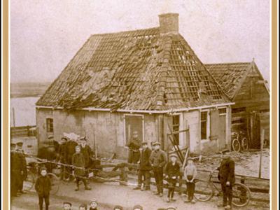Dijksterburen, 1915, grote belangstelling voor de ravage, die een tot ontploffing gebrachte aangespoelde zeemijn heeft aangericht. (foto collectie Reinder Politiek)