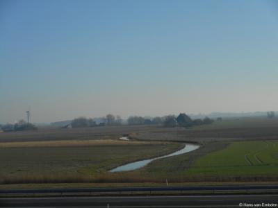 Buurtschap Dijksterburen, foto genomen vanaf de Waddenzeedijk met zicht op de Bedelaarsvaart en het ruime Friese landschap