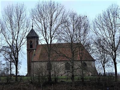 Het piepkleine dorpje Dorkwerd is al van verre herkenbaar aan zijn markante Hervormde (PKN) kerk. Het kerkje is decennialang verzakt en stond begin 21e eeuw bijna op instorten. Gelukkig is hij net op tijd hersteld en gerestaureerd. (© Harry Perton)