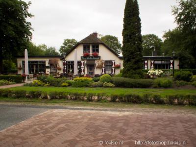 Bij Een-West ligt het drieprovinciepunt van de provincies Drenthe, Fryslân en Groningen. Het verbaast dan ook niet dat zich hier een huis bevindt genaamd De Drie Provinciën.