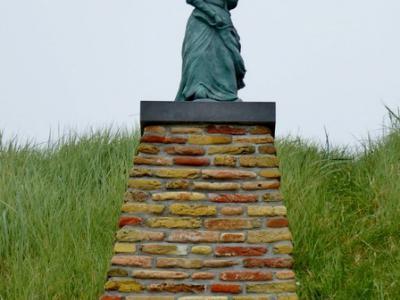 Egmond aan Zee, standbeeld van het Derper Vraauwtje (© Jan Oosterboer)