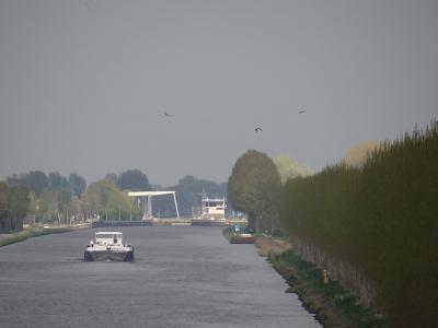 Zicht op het Van Starkenborghkanaal bij Eibersburen, vanaf het viaduct (© Harry Perton/https://groninganus.wordpress.com)