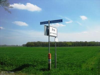 Tot 2014 kon je alleen aan een straatnaambordje zien dat je binnen de buurtschap Ane in de buurtschap Engeland was aangekomen. Niet reuzeduidelijk; daar kijk je zo overheen. Bovendien duidt een straatnaambordje sec niet expliciet op een buurtschap...