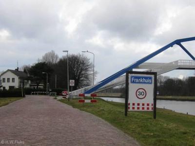 In ieder geval in 2010 heeft bij de buurtschap Frankhuis dit plaatsnaambord gestaan. Dat is inmiddels verdwenen. Tegenwoordig schijnt er helemaal geen plaatsnaambord meer te staan. Jammer...