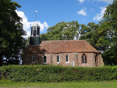 De kerk van Fransum dateert oorspronkelijk uit de 13e eeuw. Het kerkje bevat de oudste bakstenen preekstoel van Nederland. Tegenwoordig is het kerkje in gebruik voor exposities, concerten en trouwerijen. (© Harry Perton/https://groninganus.wordpress.com)
