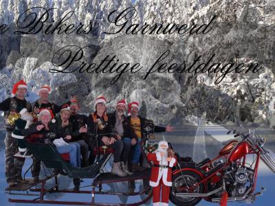 De Free Bikers Garnwerd hebben een arreslee achter hun choppers gehangen om een mooie toepasselijke kerstkaart te kunnen maken.