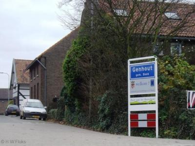 Genhout is een heus dorp met alles d'r op en d'r an, waaronder een eigen bebouwde kom, maar ligt voor de postadressen zogenaamd 'in' Beek.