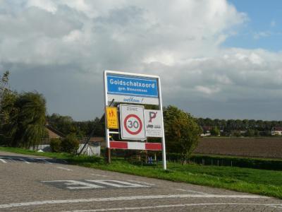 Het dorp Goidschalxoord heeft in 1978 geen eigen postcode en plaatsnaam gekregen in het postcodeboek en ligt daarom voor de post zogenaamd 'in' Heinenoord. Gelukkig is het dorp ter plekke wél erkend d.m.v. eigen blauwe plaatsnaamborden. (© H.W. Fluks)