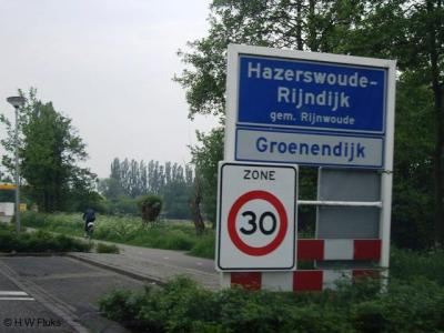 Groenendijk wordt doorgaans als buurtschap betiteld en de witte borden suggereren dat het als wijk 'in' het dorp Hazerswoude-Rijndijk ligt, maar Groenendijk is een heus dorp, met o.a. kerk, molen, watertoren en voormalige kleiwarenfabriek uit 1675.
