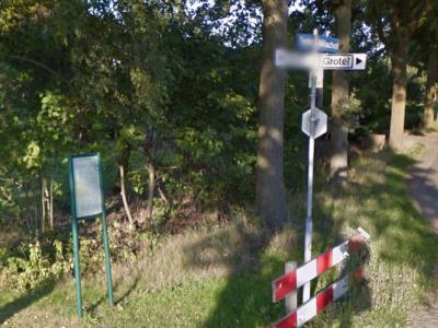 Een richtingbordje meldt je waar je heen moet om in de buurtschap Grotel te komen, maar ter plekke staan geen plaatsnaambordjes om je te vertellen dat en wanneer je er bent aangekomen. Gelukkig zijn er dan nog wél gelijknamige straatnaambordjes. (©Google)