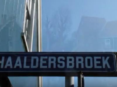 Ook buurtschap Haaldersbroek bij Zaandam, gelegen direct ZO van de beroemde Zaanse Schans, moet plaatsnaambordjes ontberen, waardoor je slechts aan de gelijknamige straatnaambordjes kunt zien dat je er bent aangekomen.