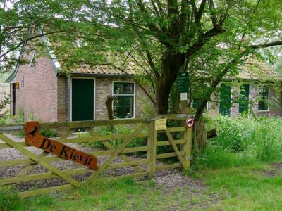 Natuur-, milieueducatief en historisch centrum De Kievit in Haanwijk is gevestigd in voormalige daglonerhuisjes. Het complex bestaat verder uit bijgebouwen, een educatieve tuin, hooiland, en een boomgaard met oude fruitrassen. (© www.dekievitharmelen.nl)