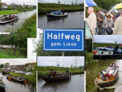 Op 29-9-2007 was het een drukte van belang in Halfweg. Er was een koetstocht en een bootshow met authentieke vaartuigen die het traject Haarlem-Leiden aflegden. Én de buurtschap Halfweg kreeg eindelijk plaatsnaamborden! (© www.historieleidsevaart.nl)