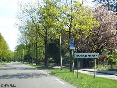 Op de plaatsnaamborden van buurtschap Harenermolen staat nog de verouderde spelling Harendermolen