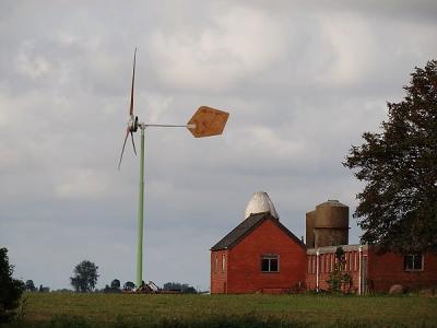 Buurtschap Heereburen bij Niehove, boerderij met windmolen (© Harry Perton/https://groninganus.wordpress.com)