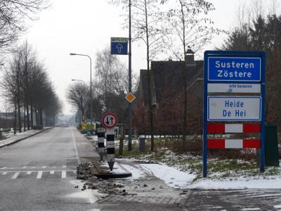 Buurtschap Heide ligt in de bebouwde kom van het dorpsgebied van Susteren. Daarom staan er als je 'van buiten de kom komt' witte borden Heide/De Hei onder blauwe (kom)borden Susteren/Zöstere. (© H.W. Fluks)