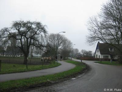 De idyllische buurtschap Helhoek wordt straks doorsneden door de doortrekking van de A15 naar de A12. Gelukkig is besloten dat ter hoogte van de buurtschap de snelweg door een tunnel komt te lopen, zodat de buurtschap niet fysiek wordt doorsneden.