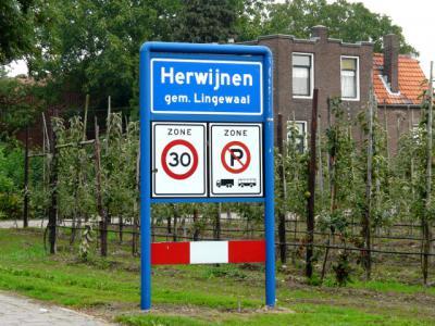 Het dorp Herwijnen is een zelfstandige gemeente t/m 1985. In 1986 gaat het dorp op in de gemeente Lingewaal, die op haar beurt in 2019 opgaat in de gemeente West Betuwe. (© H.W. Fluks)