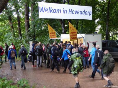 Het spandoek 'Welkom in Heveadorp' wordt alleen tijdens bijzondere gelegenheden gebruikt, zoals hier, in 2015, tijdens de Airborne Wandeltocht