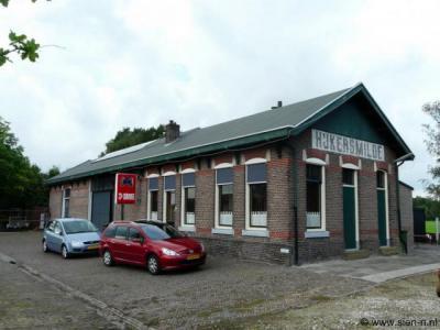 Het stationsgebouw van eindstation Hijkersmilde van de voormalige tramlijn Meppel-Hijkersmilde (1913-1933) is gelukkig behouden gebleven