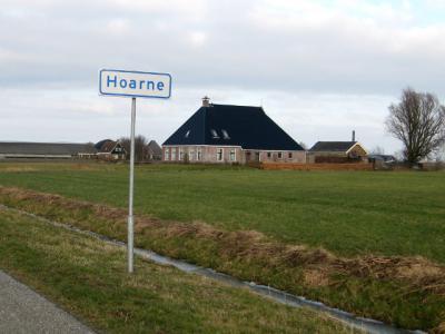 Volgens de bebording ter plekke zou de buurtschap Hoarne maar een pand omvatten, namelijk deze boerderij op Harnsterdyk 6. Maar wellicht vallen enkele andere panden aan deze dijk er ook nog toe te rekenen.